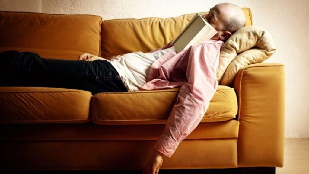 Un sillón muy cómodo no ayuda a la concentración en la lectura. (THINKSTOCK)