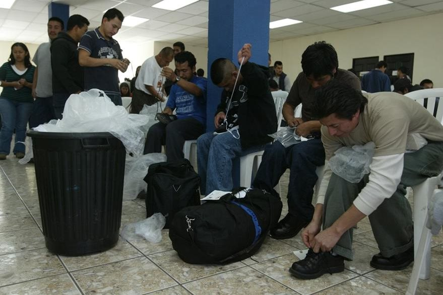 122 personas fueron deportadas  en el vuelo N-836NK procedente de Herlingen Texas, con ellos superan los sietemil deportados, los migrantes esperan en una sala de la Fuerza Aerea Guatemalteca su registro por migracion  . Foto OSCAR ESTRADA