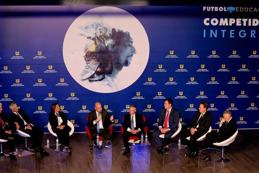 Gianni Infantino (centro) propone que para el Mundial del 2026 compitan 48 selecciones. (Foto Prensa Libre: EFE).