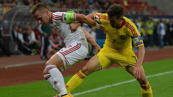 Durante el encuentro de Rumania y Hungría en busca de la clasificación a la Eurocopa 2016 se reportaron incidentes entre aficionados. (Foto Prensa Libre: Uefa)