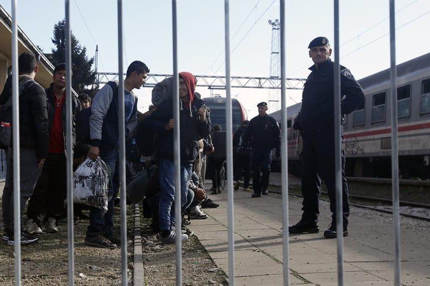 Policías croatas controlan el ingreso a su país de migrantes procedentes del norte de África. (Foto Prensa Libre: AP).