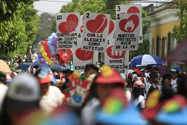 Cientos de estudiantes, padres de familia y docentes participaron en la marcha. (Foto Prensa Libre: Carlos Hernández)