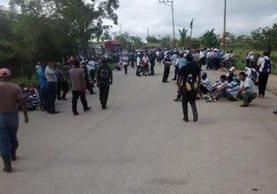 """<p>Pobladores bloquean el paso de vehículos en la comunidad Las Pozas, Sayaxché, para exigir fondos para la comuna. (Foto Prensa Libre: Rigoberto Escobar) <br _mce_bogus=""""1""""></p>"""