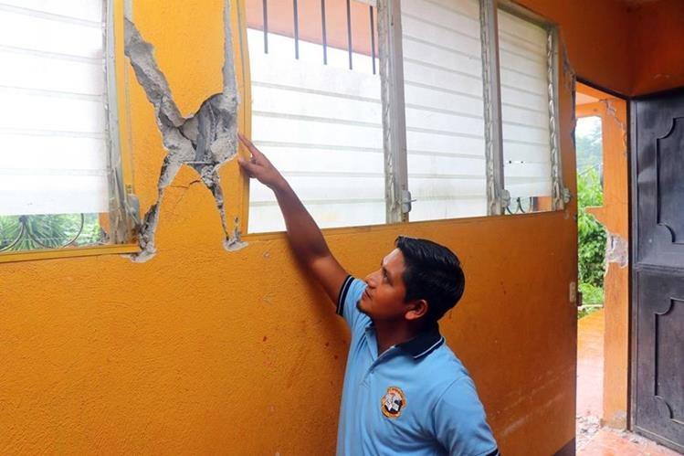 Los temblores de la última semana dañaron las paredes del instituto. (Foto Prensa Libre: Rolando Miranda)