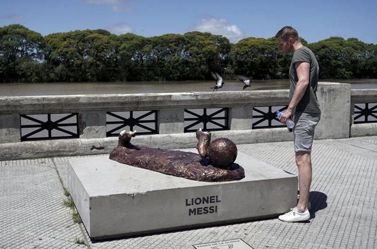 Recientemente destruyeron una estatua de Lionel Messi en Argentina. (Foto Prensa Libre: AFP)