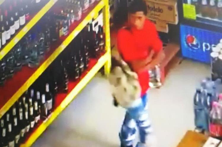 Las cámaras de seguridad del supermercado Food Market de Nebaj, Quiché, captaron la forma como tres hombres roban licor. (Foto Prensa Libre: Cortesía Knal 4 Quiché)