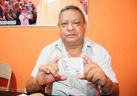 Augusto Gómez Sosa, alcalde de la cabecera de Huehuetenango, muestra su credencial como candidato a la alcaldía. (Foto Prensa Libre: Mike Castillo)