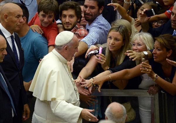 """<em><span class=""""hps"""">El Papa </span><span class=""""hps"""">es recibido por</span><span class=""""hps""""> fieles</span> <span class=""""hps"""">en el</span> <span class=""""hps"""">Vaticano. (Foto Prensa Libre:AP).</span></em>"""