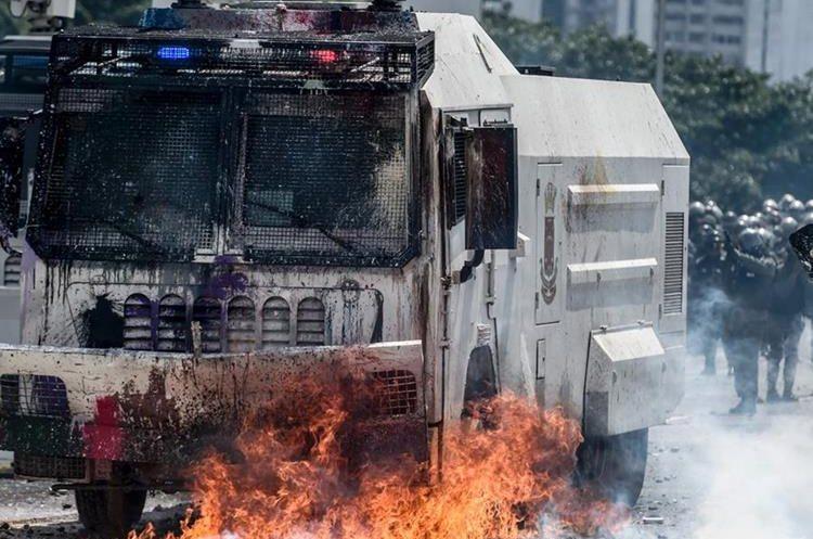 Los enfrentamientos no cesan en Venezuela. (Foto Prensa Libre: AFP)