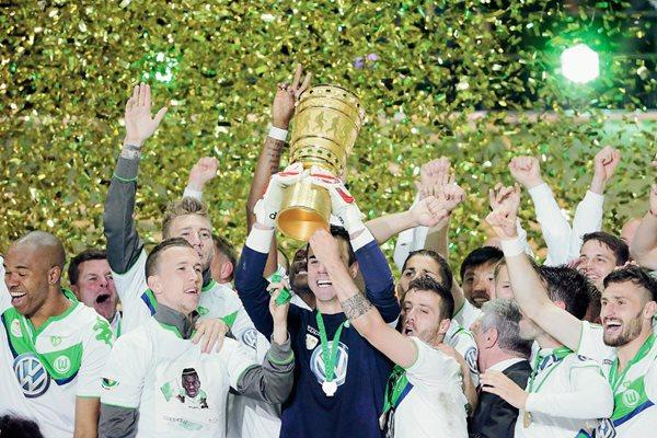 Jugadores del Wolfsburgo celebran el triunfo ante el Borussia Dortmund, en la final de la Copa Alemana. (Foto Prensa Libre: EFE)