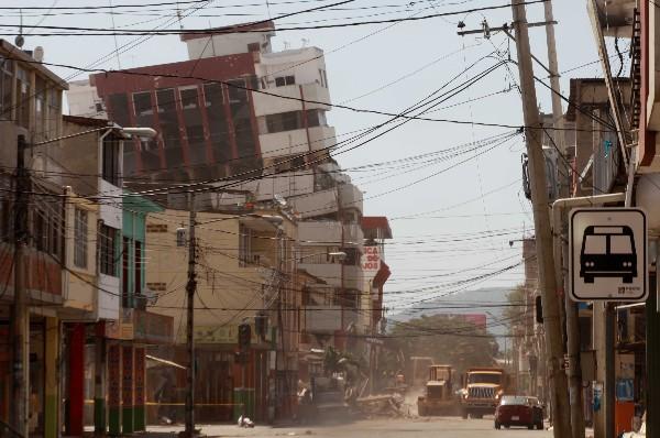 Varios edificios destruidos por el terremot en Ecuador. (AFP).