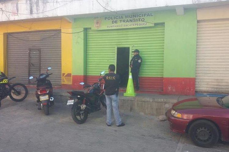 Investigadores recaban evidencias en la sede de la PMT de Sumpango, Sacatepéquez. (Foto Prnesa Libre: Renato Melgar)