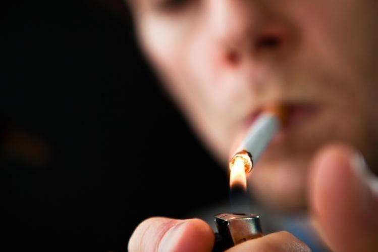 El agarrar, encender e inhalar un cigarrillo se convierte en una actividad cotidiana e involuntaria (Foto Hemeroteca PL).