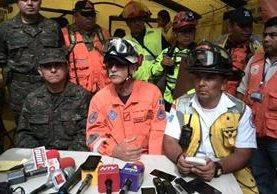 Sergio Cabañas, oficial de Conred encargado de la labor de rescate (al centro), en conferencia de prensa. (Foto Prensa Libre: Rosa María Bolaños)