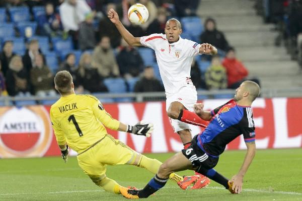 El jugador del Sevilla Steven N'Zonzi lucha por el balón con el guardameta Tomas Vaclik y Walter Samuel, del FC Basilea. (Foto Prensa Libre: EFE).