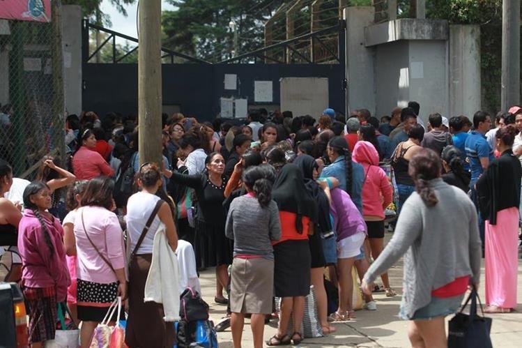 Familiares de reclusos esperan el ingreso a la cárcel de Pavón para la visita. (Foto Prensa Libre: Hemeroteca PL)
