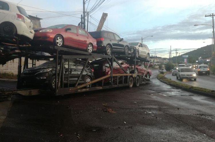 Trailer que transportaba vehículos obstaculizó el Bulevar Tulam Tzu por varios minutos. (Foto Prensa Libre: Pablo Morales)