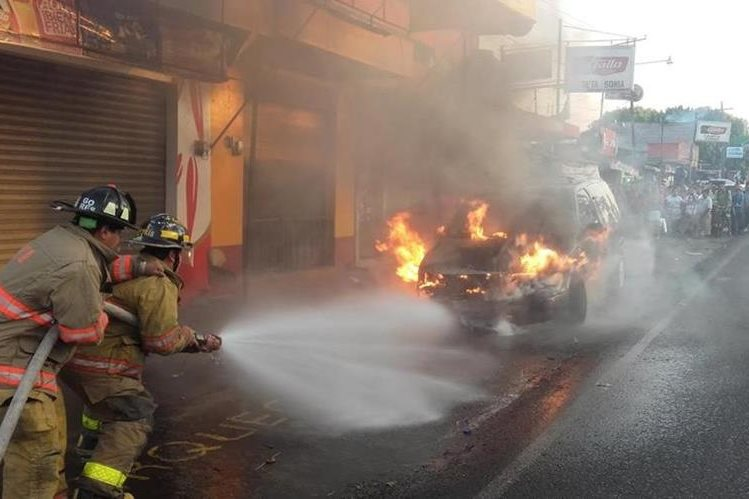 Socorristas combaten incendio en vehículo registrado en la cabecera de Retalhuleu. (Foto Prensa Libre: Jorge Tizol)