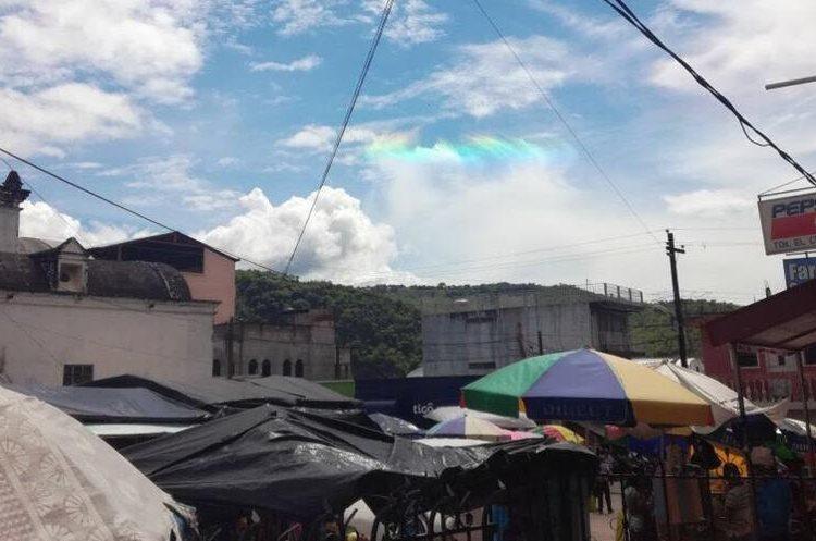 El fenómeno fue visto por muchos pobladores en Jocotán. (Foto Prensa Libre: Mario Morales).