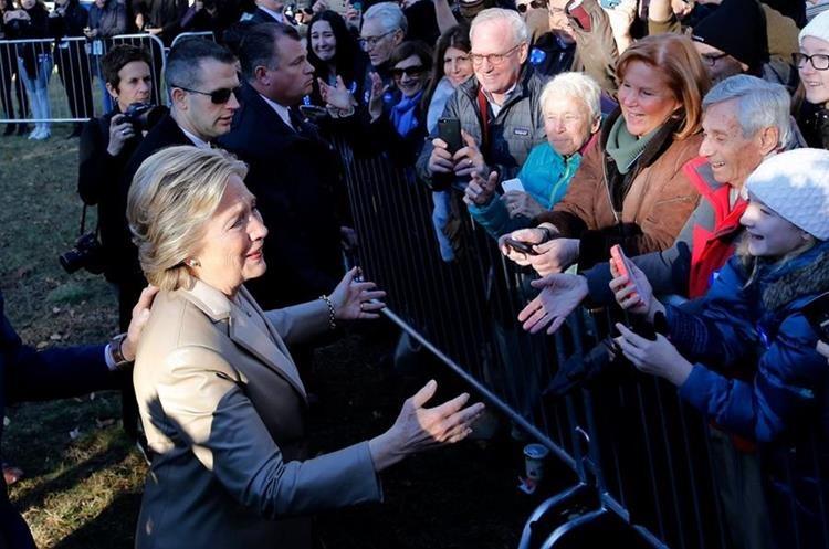 La candidata demócrata Hillary Clinton saluda antes de emitir su voto.