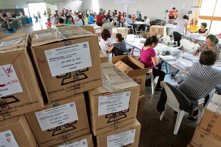 Decenas de empleados del TSE trabajan a tiempo completo en el Parque de la Industria para llenar las cajas electorales que serán enviadas a todo el país.