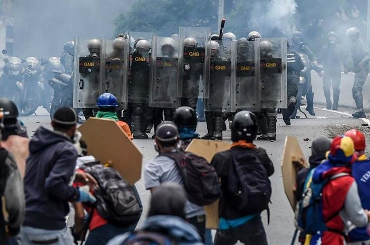 La autopista Francisco Fajardo fue el escenario donde se registraron varios heridos durante el enfrentamiento.