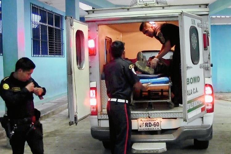 Socorristas ingresan   a  Javier Vásquez al Hospital Regional de Coatepeque. (Foto Prensa Libre: Alexander Coyoy)