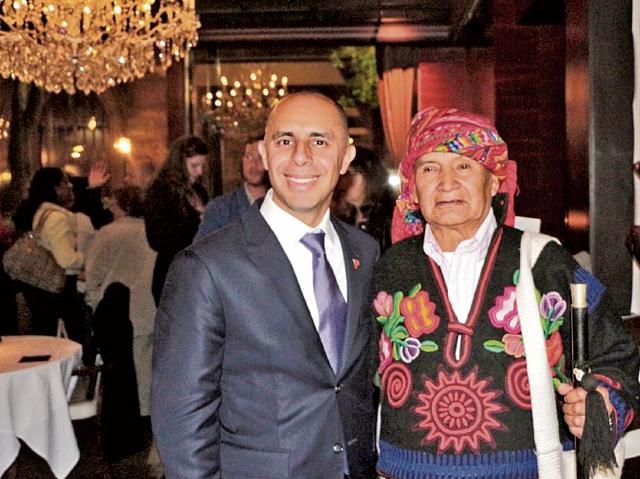 El alcalde de Providence, Jorge Elorza (izquierda), comparte con un líder espiritual maya, durante una reciente actividad con artesanos guatemaltecos que se desarrolló en un hotel de Providence, Rhode Island. (Foto Prensa Libre: Twitter/Jorge Elorza)