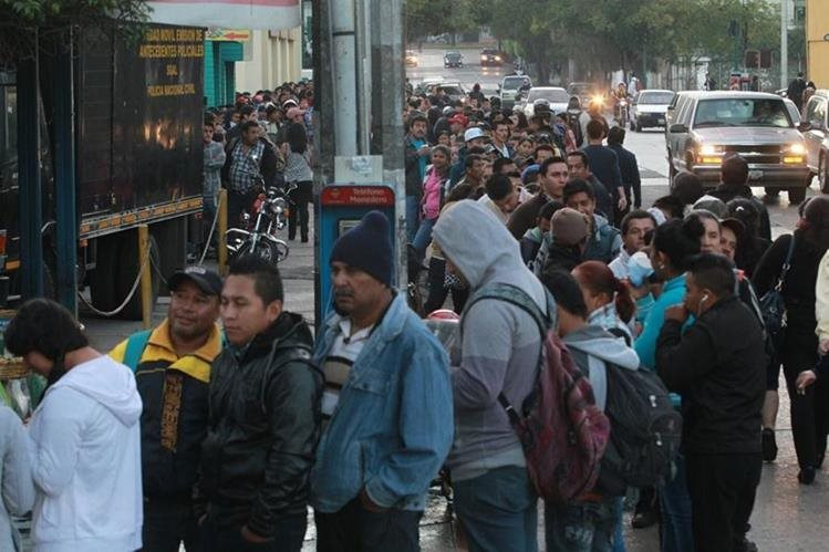 Guatemaltecos hacen cola para tramitar antecedentes penales y policiacos en la capital. (Foto Prensa Libre: Hemeroteca PL).