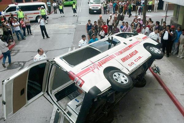 El accidente dejó heridos a una niña y dos bomberos. (Foto Prensa Libre: Erick Ávila)