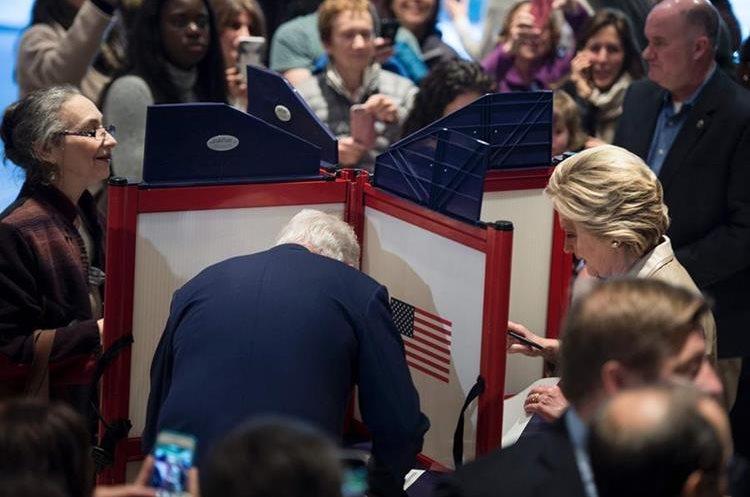 Hillary Clinton fue acompañada por su esposo Bill Clinton.