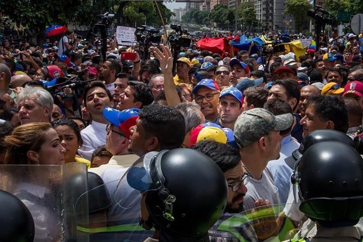 Henrique Capriles (c) participa una manifestación en la ciudad de Caracas, Venezuela. (Foto Prensa Libre:EFE).