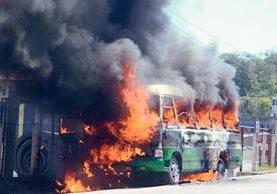 El microbús  prendió en llamas. (Foto Prensa Libre: Ángel Tax)