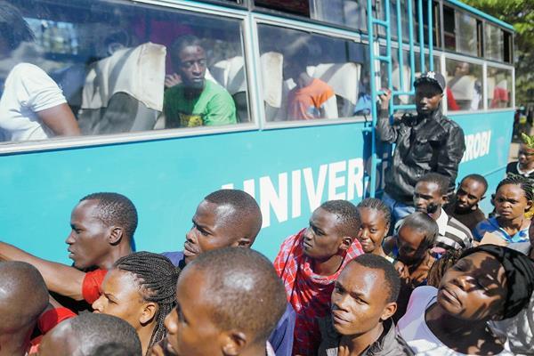 Estudiantes de la universidad de Nairobi, Kenia, abordan el autobús que los lleva de regreso a la universidad después de ser atendidos en un hospital. (Foto Prensa Libre: EFE).