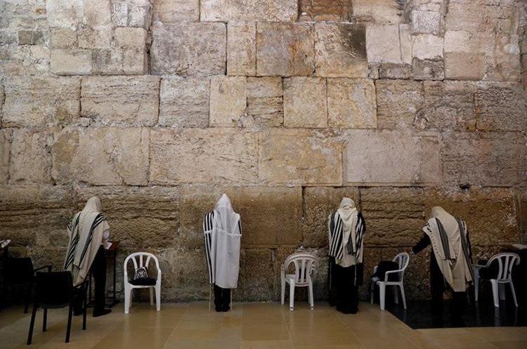Judíos ortodoxos rezan en el Muro de las Lamentaciones, en Jerusalén. (Foto Prensa Libre: EFE)