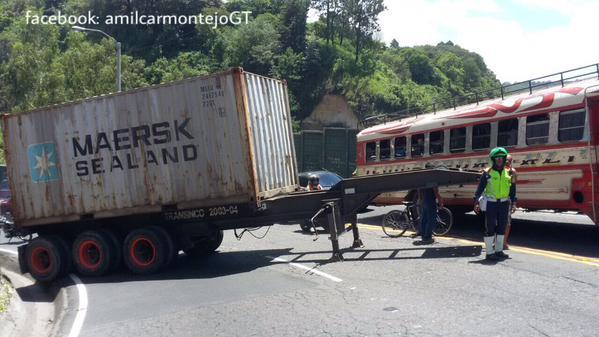 Accidente del kilómetro 9.5 en ruta a Boca del Monte. (Foto Prensa Libre: Amilcar Montejo)