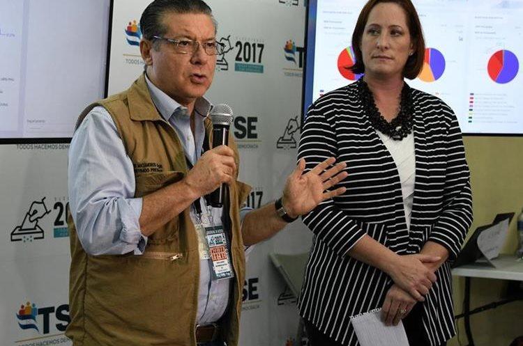 La Encargada de Negocios de la Embajada de Estados Unidos en Honduras, Heidi Fulton (d) y el presidente del Tribunal Supremo Electoral (TSE) de Honduras, David Matamoros, hablan a la prensa en Tegucigalpa. (AFP).