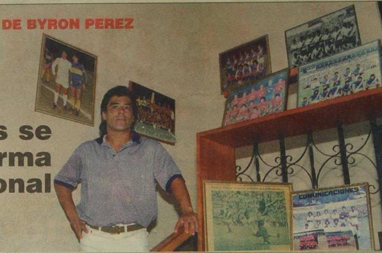En su hogar se rodea de fotografías que le hacen recordar su trayectoria en el futbol nacional. (Foto Prensa Libre: Hemeroteca PL)