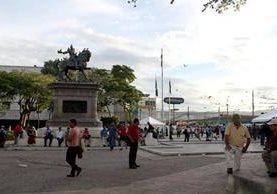 Peatones alarmados por fuerte sismo circulan en la plaza Gerardo Barrios, en San Salvador, El Salvador. (Foto Prensa Libre: EFE).