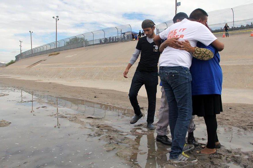 El charco en que se convierten ciertos tramos del Río Bravo en esta época del año permite el reencuentro familiar. (Foto Prensa Libre: AFP).