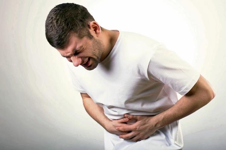 Dolor agudo en la boca del estómago o abdomen es el síntoma más común de que algo anda mal con la vesícula.