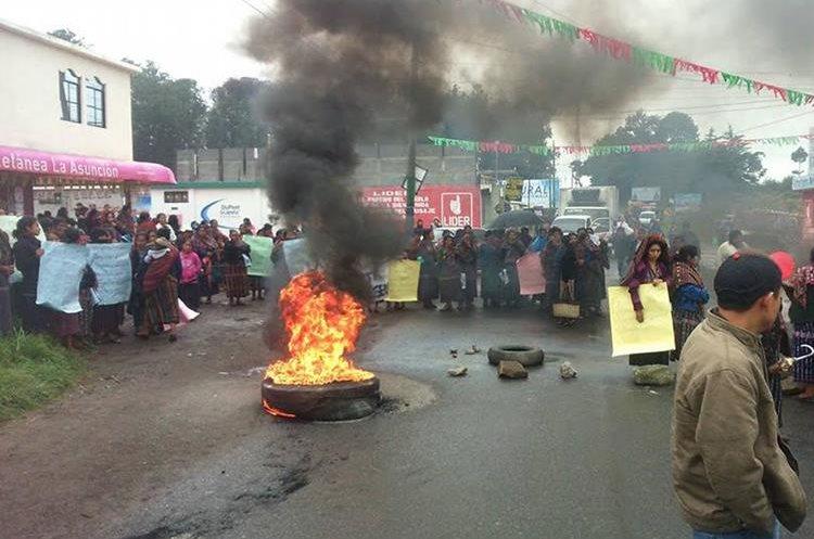 Vecinos de Los Encuentros, Sololá, queman neumático para impedir paso de vehículos.