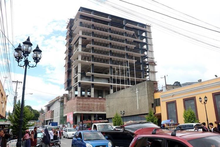 La iniciativa privada hace una millonaria inversión para la construcción del centro comercial Utz Lew Mall en Quetzaltenango. (Foto Prensa Libre: Carlos Ventura)