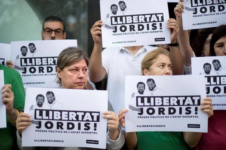 Un grupo se manifiesta contra la captura de independentistas en Barcelona. (Foto Prensa Libre: EFE)