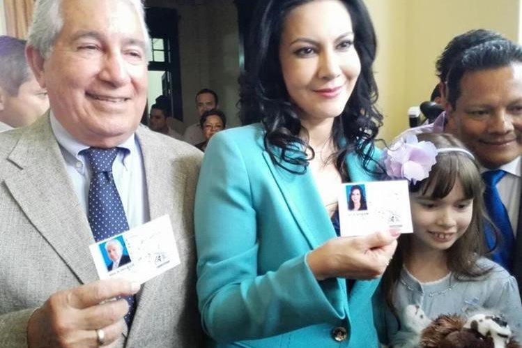 Zury Ríos y Juan Luis Mirón muestran las credenciales como candidatos a la presidencia y vicepresidencia por el partido Viva. (Foto Prensa Libre: Edwin Bercián)