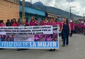Con una caminata que concluyó en el estadio La Joya, conmemoran el Día Internacional de la Mujer en Tactic, Alta Verapaz. (Foto Prensa Libre: Eduardo Sam Chun)