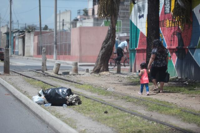Bolsas de basura en la línea férrea, en la zona 6. (Foto Prensa Libre: Carlos Hernández)