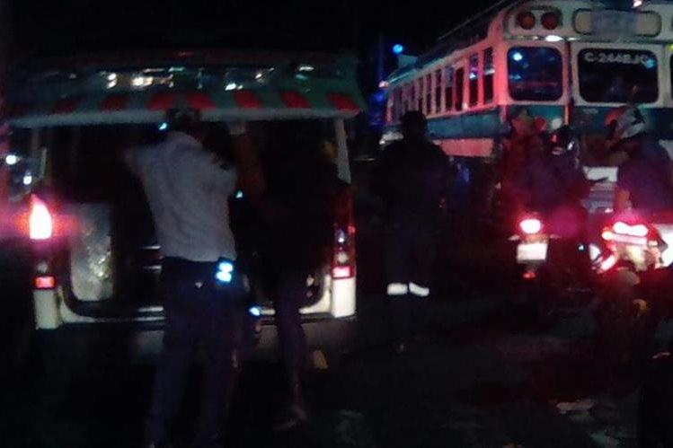 Un piloto de bus murió baleado y un supuesto sicario fue abatido por la policía en Villa Nueva. (Foto Prensa Libre: Dalia Santos)