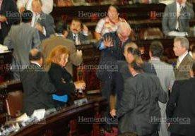 Los diputados y su comportamiento indecoroso en el hemiciclo parlamentario.