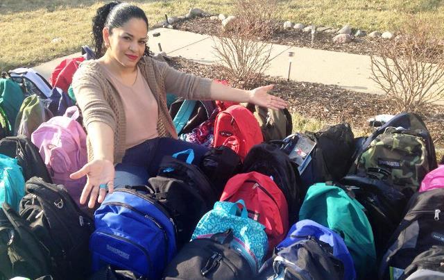 Rosie Chacón  de Noyola posa con algunas de las mochilas que regala a los indigentes de Chicago.